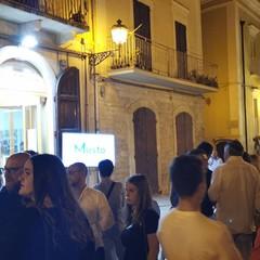 Cittadini in attesa all'esterno di un comitato elettorale
