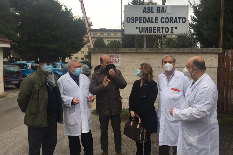 Bruna Piarulli e il sindaco De Benedittis dinanzi all'ospedale