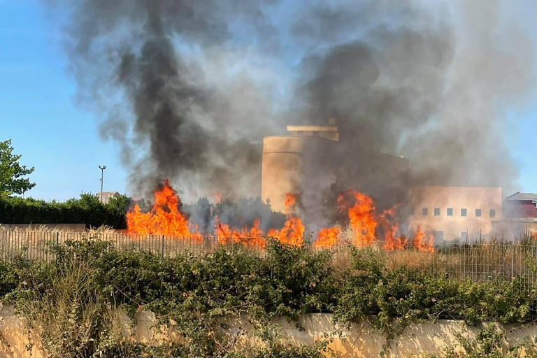Incendio centro raccolta rifiuti
