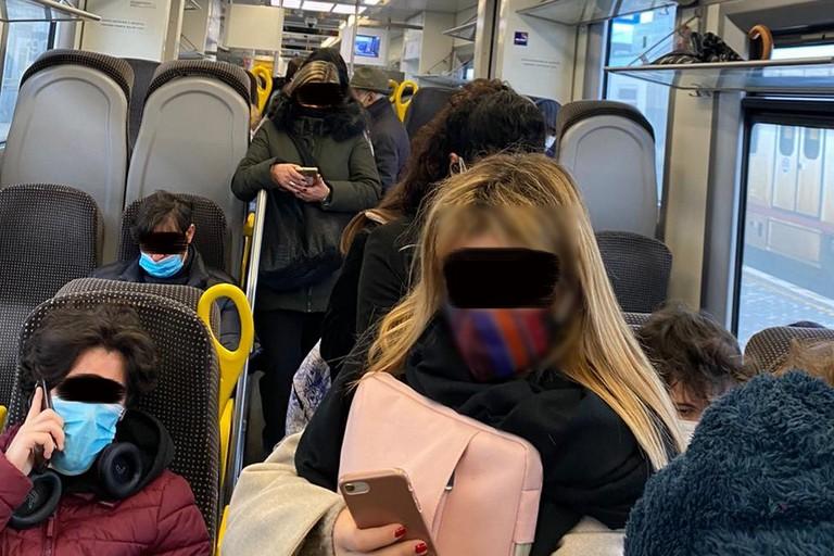 Mezzi di trasporto e assembramenti: il pericolo Covid corre sul bus