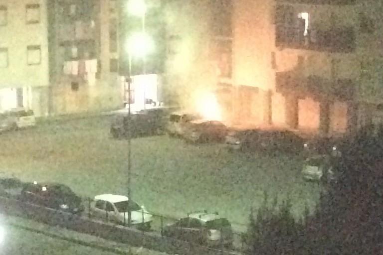 Quattro auto date alle fiamme nella notte, torna l'incubo incendi