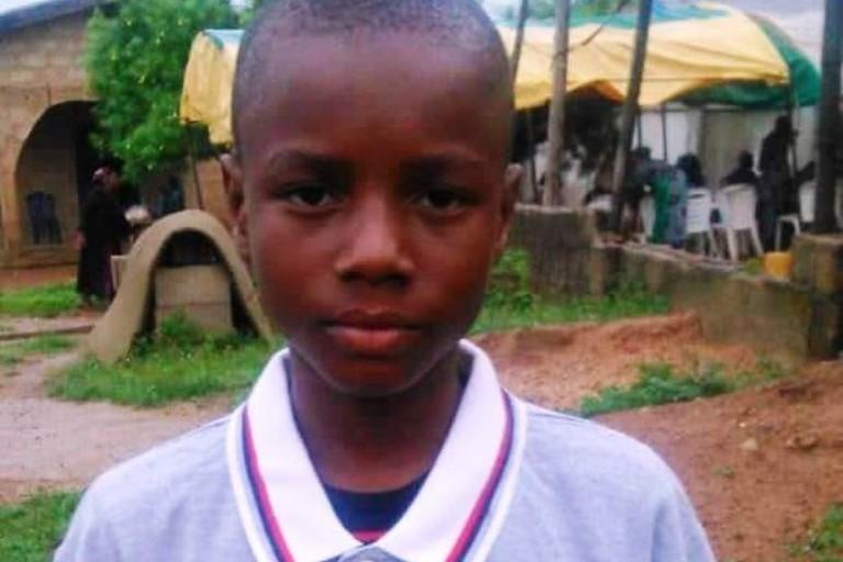 Bambino africano con la maglia dell'As Basket