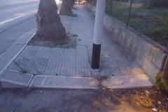 Una barriera architettonica lunga una via