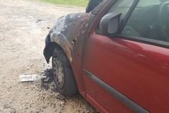 Ennesimo atto incendiario, in fiamme un'autovettura fuori da una scuola