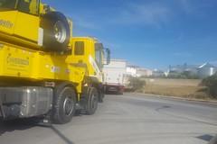 Camion sprofonda nella grata di via Castel del Monte