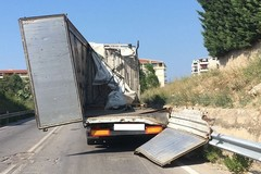 Camion perde carico di bottiglie in vetro, strada bloccata