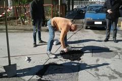 «Rimbocchiamoci le maniche e ripariamo le buche sulla strada»