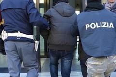 In giro con una borsa piena di droga, arrestato dalla polizia dopo la fuga