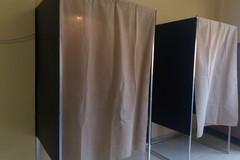 In cabina elettorale col cellulare, bloccato elettore