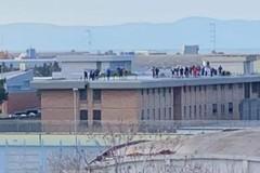 Disordini nel carcere di Trani, fumo intorno all'edificio