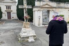 Mons. D'Ascenzo in preghiera al cimitero di Corato