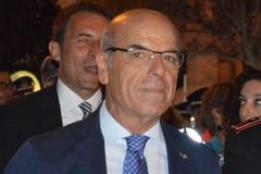 Il commissario Di Pietro va in pensione, gli ambulanti lo salutano