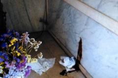 Escrementi nella cappella del cimitero. Il degrado è oltre ogni limite