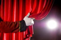 """I giovani richiedenti asilo sul palco per lo spettacolo """"Illo, ho, ho, my lord"""""""