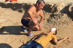 Coratino in vacanza soccorre migranti sbarcati da veliero arenatosi sulla spiaggia