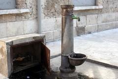 Un cittadino denuncia: «Pubbliche fontane occupate da chi carica migliaia di litri d'acqua»