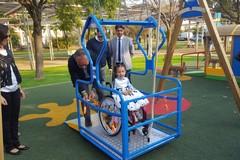 Una grande altalena nel parco comunale per i bambini con difficoltà
