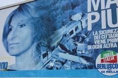 La foto del disastro sul manifesto elettorale, Castellano ritira la candidatura