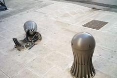 Distrutti ornamenti all'esterno del Museo