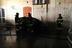Auto in fiamme in Piazza Mentana