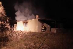 A fuoco un fabbricato di campagna
