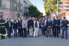 Una corona d'alloro per ricordare le vittime del disastro della Andria - Corato