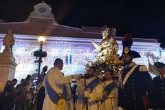 Il busto d'argento di San Cataldo in processione