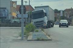 Camion finisce nella grata su via Castel del Monte