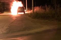 Auto in fiamme su via Barletta Grumo