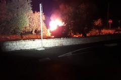 Auto esce di strada e prende fuoco, paura sulla Corato - Bisceglie