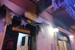 Appiccato incendio dinanzi a una pizzeria, ingenti danni
