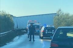 Grave incidente stradale, tir fuori strada su via Gravina