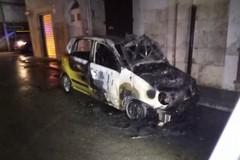 Ancora un'automobile in fiamme