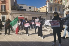 La protesta delle Partite Iva: «Lunedì apriremo le serrande. Non siamo morti»