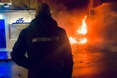 Ennesima auto data alle fiamme, danni anche alla struttura esterna di un bar