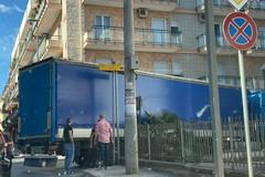 Mezzo pesante bloccato su via Gigli, traffico rallentato
