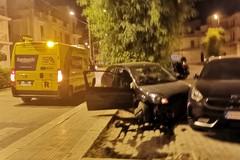 Incidente nella notte, auto si schianta contro una vettura parcheggiata