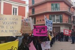 """""""No agli ingressi scaglionati"""", gli studenti manifestano in piazza"""