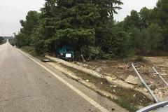 Incidente stradale sulla Rivoluzione, auto contro un albero