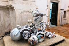 Giocattoli come sculture, ad Ostuni l'opera di Vincenzo Mascoli