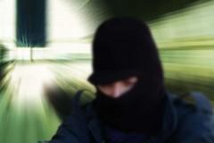 Incappucciato deruba una donna in auto: «Ora mi fa paura la quiete della notte»