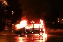 Auto in fiamme in via Mons. D'Oria