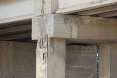 Sopralluogo dei tecnici al ponte di via Castel del Monte. «Non è in discussione la sua sicurezza»