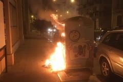 Vandali in azione, incendiato cassone degli abiti usati