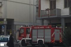Cadono vetri da un terzo piano, «Grazie ai vigili del fuoco per aver scongiurato danni»