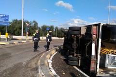 Camion si ribalta sulla Corato - Bisceglie