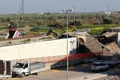Demolito il ponte di via vecchia Bisceglie, le fasi del crollo in un filmato