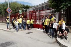 Cinquanta volontari armati di pennello danno colore al cancello della Giovanni XXIII