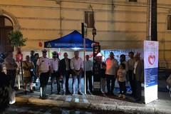 Un nuovo defibrillatore per le vie della città: può salvare delle vite