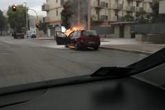 Auto in fiamme su via Sant'Elia